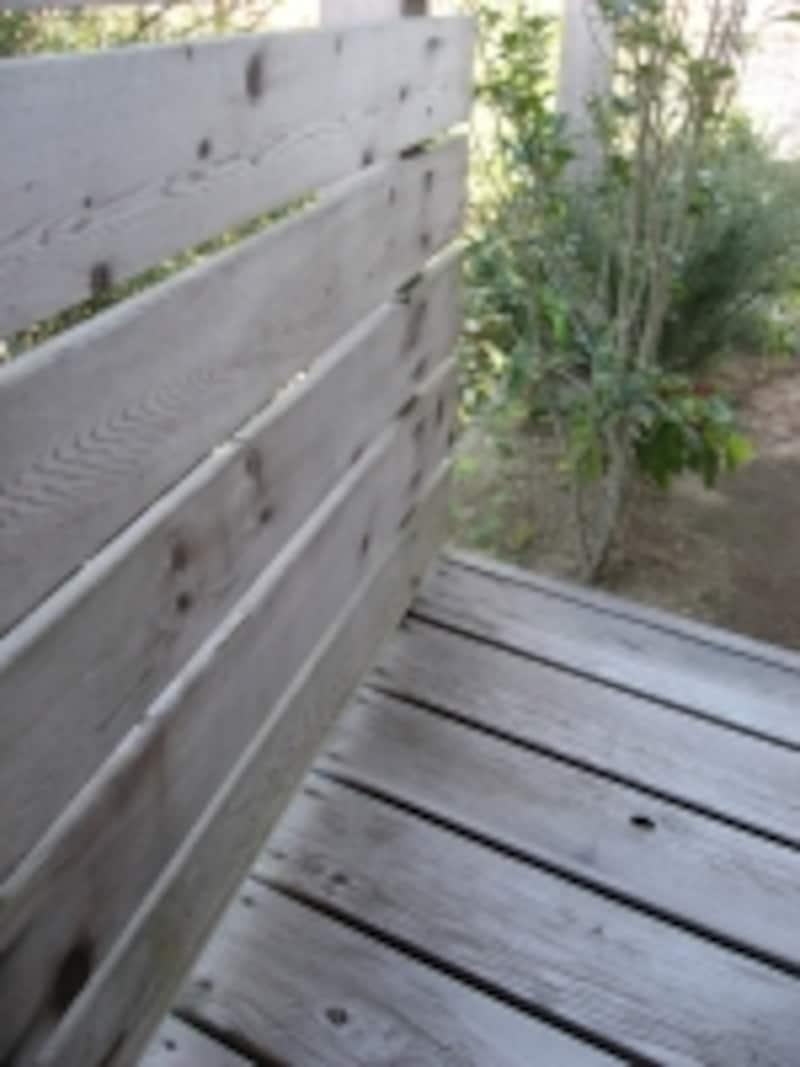 木製のデッキや塀は、素材にあわせたお手入れや塗り替えなどを行うことが重要