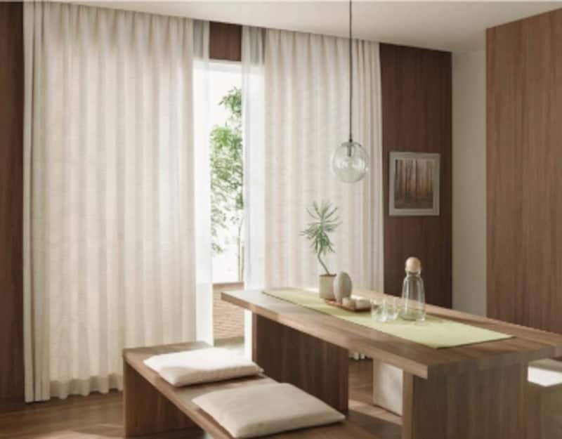 天井からカーテンを設置することで、すっきりとしたインテリアになるとともに、たっぷりとした布地の風合いも楽しめる。[BrancherIILXL224]undefinedLIXILundefinedhttp://www.lixil.co.jp/