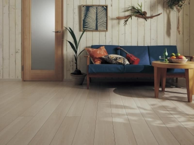 グレイッシュなカラーとナチュラルな木目感を感じる、特殊化粧シートのフローリング。[ベリティスundefined床材gスタイルフローリング145mm幅]パナソニックエコソリューションズundefinedhttp://sumai.panasonic.jp/