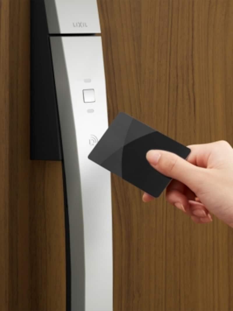 リモコンやカードでラクにカギを開閉できるエントリーシステム。子どもにもお年寄りにも使いやすい。[ジエスタ2undefinedカードキーundefinedクリエモカ]undefinedLIXILundefinedhttp://www.lixil.co.jp/