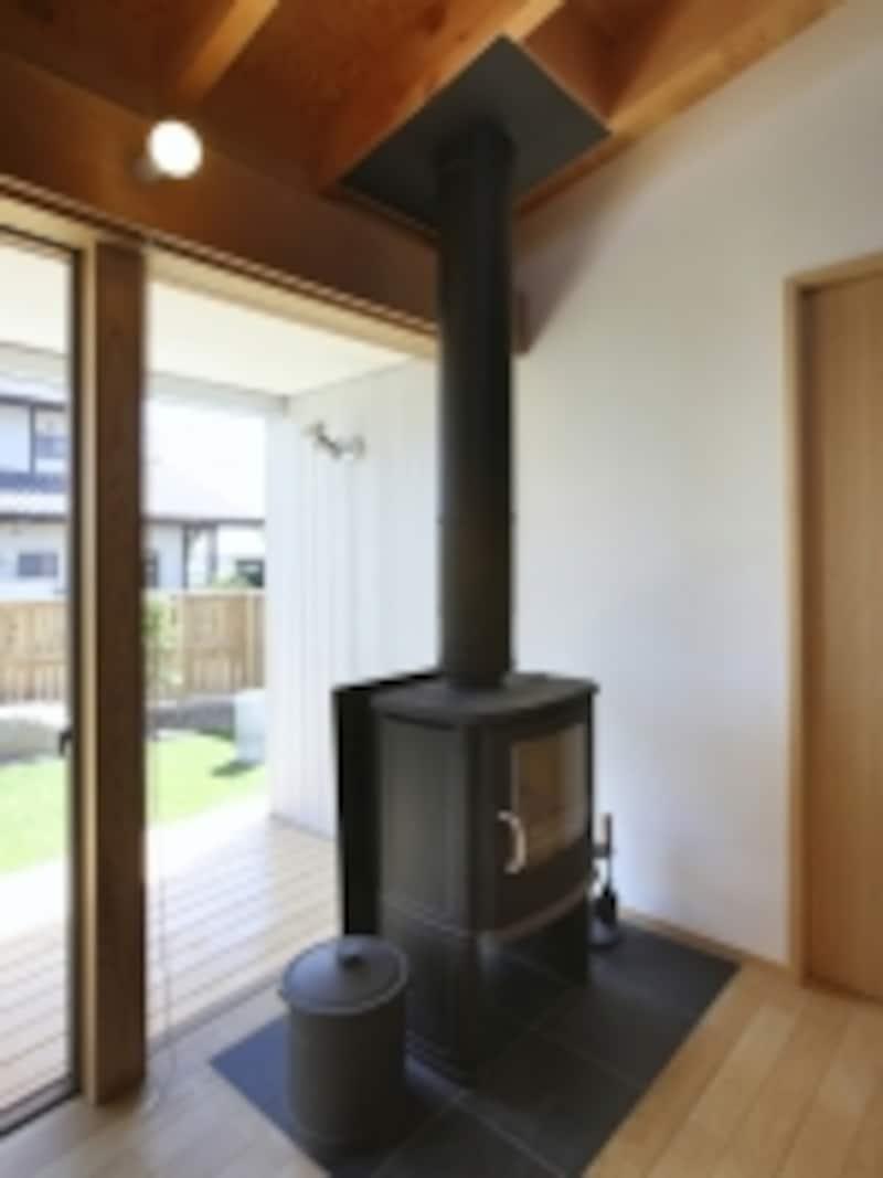 吹き抜けに薪ストーブを設ければ空間全体に暖かさが伝わる