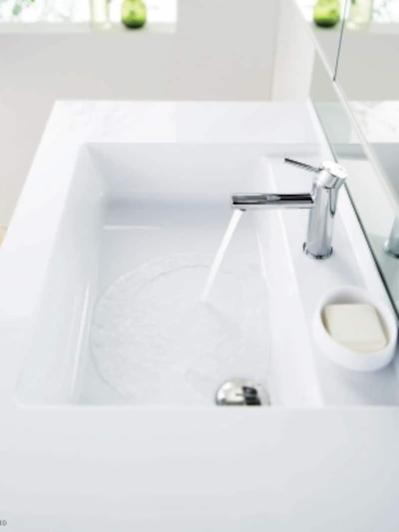 泡や髪が流れやすい洗面ボウルは、水がコーナーの排水口に流れる設計なので、お手入れも楽に。排水口に金具がなく滑らかな形状なので汚れも簡単に落とすことができる。[すべり台ボウルundefinedエスクアLS]undefinedTOTOundefinedhttp://www.toto.co.jp/