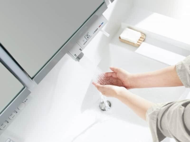 undefined手を近づけるだけで水が出て、止まる。手洗い中の出しっぱなしをなくせるので節水にも。石けんのついた手でも水栓に触れずに可能。引き出せるので洗面ボールをお掃除することも。[ウツクシーズundefinedタッチレス水栓undefinedすぐピタ]undefinedパナソニックエコソリューションズundefinedhttp://sumai.panasonic.jp/