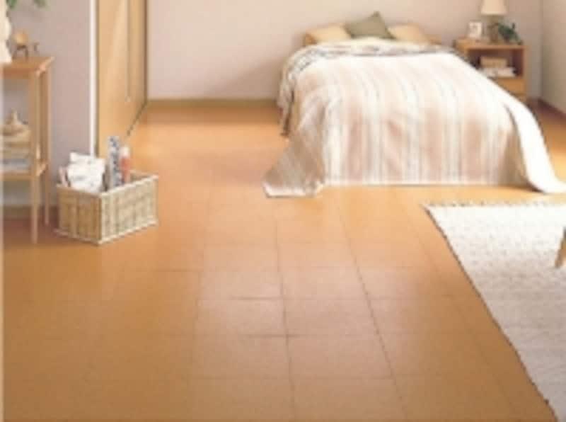 あたたかで柔らかな歩行感が特徴なので、寝室にも適する床材。UV抗菌耐摩耗塗装仕上げ。[コルクフロアー12]