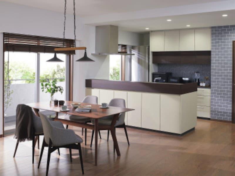 人気の対面キッチンスタイル。ダイニング側から乱雑になりがちな手元が見えないように設けた立ち上がりもデザインのアクセントに。 [ザ・クラッソ] TOTO https://jp.toto.com/