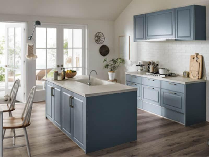 開放的なアイランドキッチンも人気のスタイル。空間にゆとりを持たせてプランニングしたい。[リシェルSIオープン対面キッチンセンターキッチンアイランド型] LIXIL http://www.lixil.co.jp/