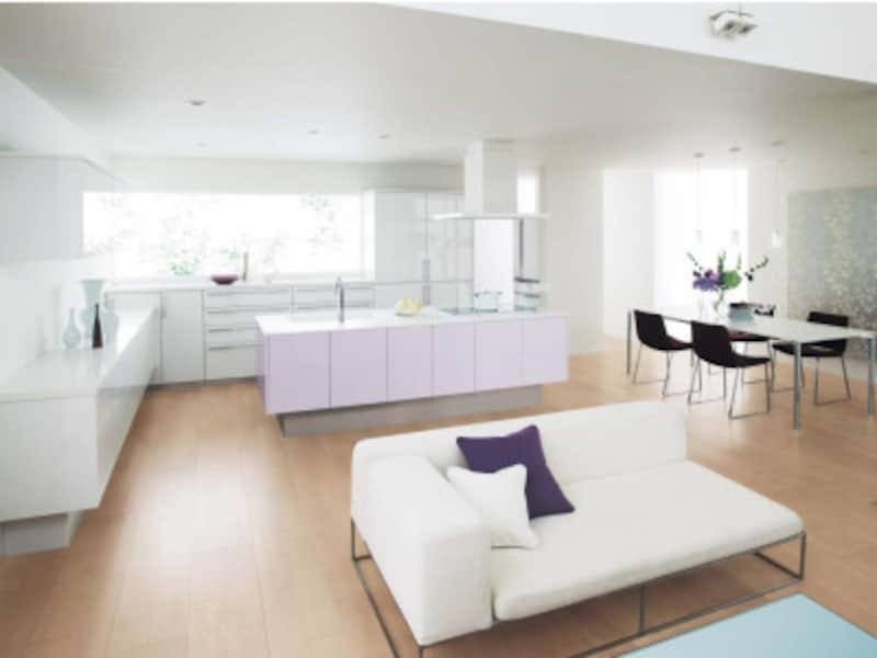 LDと一体化するようなキッチンプラン。壁面の収納もトータルコーディネートしてすっきりと。 [Lクラスキッチン フロートアイランドプラン] パナソニックエコソリューションズ http://sumai.panasonic.jp/