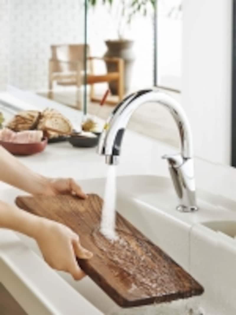 吐水口の下に洗い物を指しいれるとセンサーが感知して自動吐水。遠ざけると自動止水。[リシェルPLATundefinedハンズフリー水栓]LIXILundefinedhttp://www.lixil.co.jp/