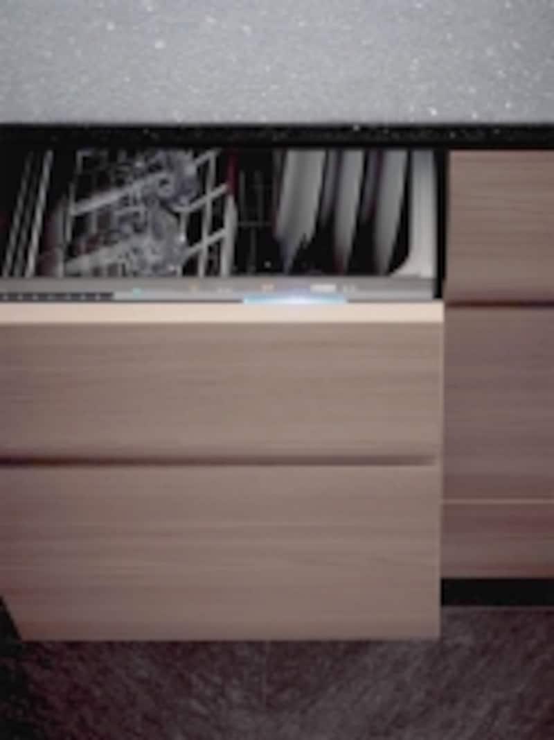 操作面が見えないように工夫し。キッチンと美しく一体化する食器洗浄乾燥機。[Lクラスキッチンundefinedフル扉材食器洗い乾燥機]undefinedパナソニックエコソリューションズhttp://sumai.panasonic.jp/