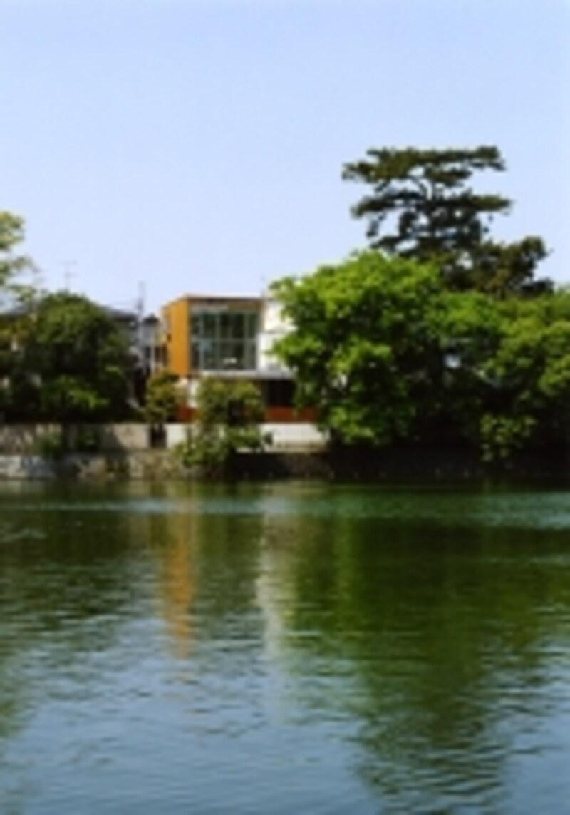 池のある家