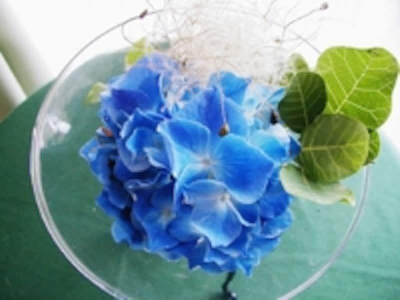 食卓にあじさいの花一輪とけむりの木でさわやかさや涼しさを演出します。