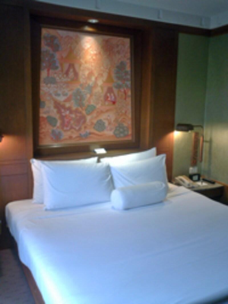 ホテルのベッドルームは、清潔感があって機能的