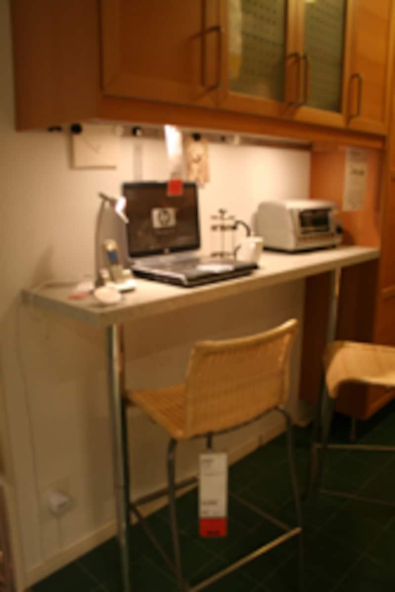 キッチンカウンターにパソコン。便利!