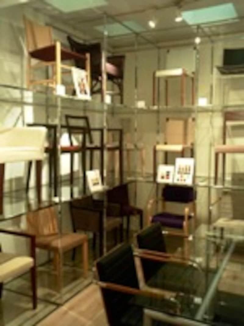 床から天井までいっぱいの棚に、椅子を陳列