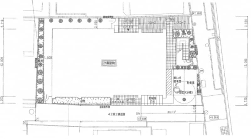 〈配置図〉敷地の形状・寸法・方位・建物の外形、隣地や接道状況、出入り口の位置などが示される。