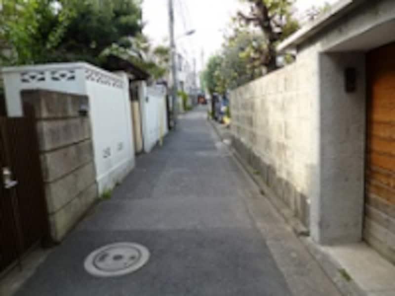 建築基準法では幅員4m以上の道路に2m以上敷地が接することが義務付けられている