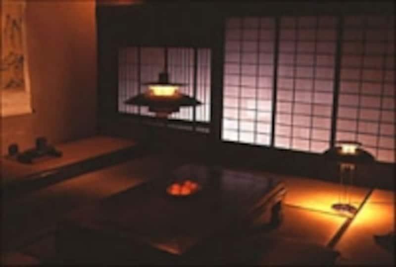 写真2.ペンダン型PH5とテーブルランプ型PH5の併用による和室照明