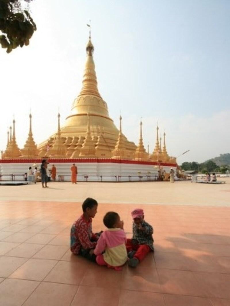 国境を越えてミャンマーへ足を踏み入れるとタイとはまったく異なる風景が広がる(c)D-MARKMAGAZINE