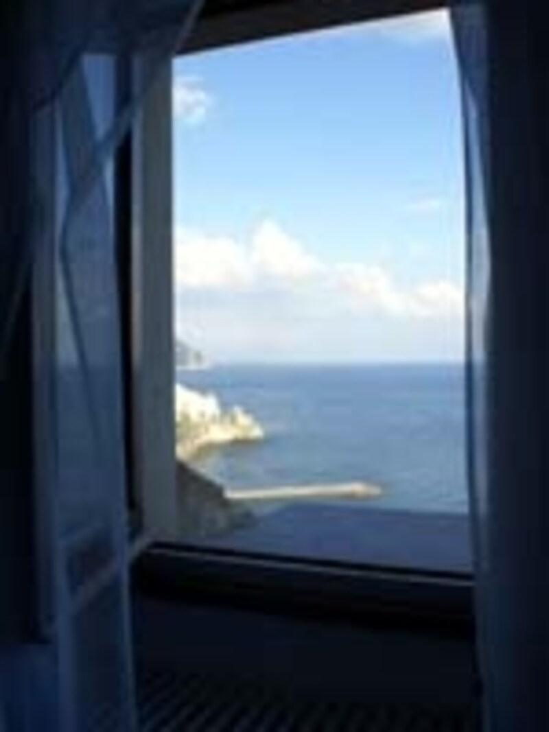 窓から見えるアマルフィーコートの眺め