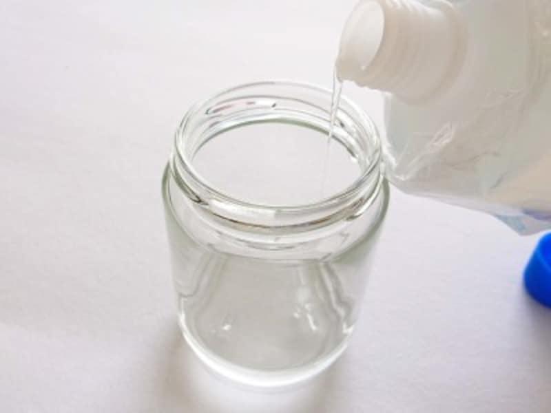 ビン中に液体のりを注ぐ