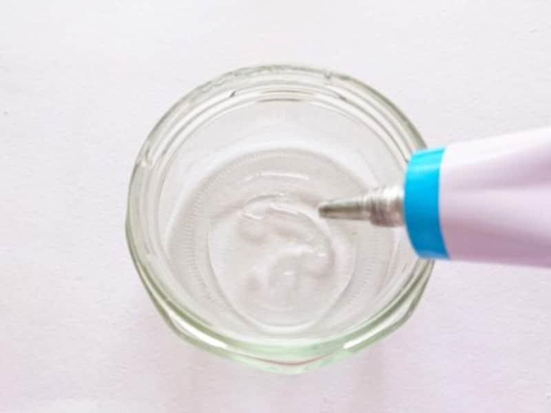 ビン中の底にたっぷりとボンドを流し込む