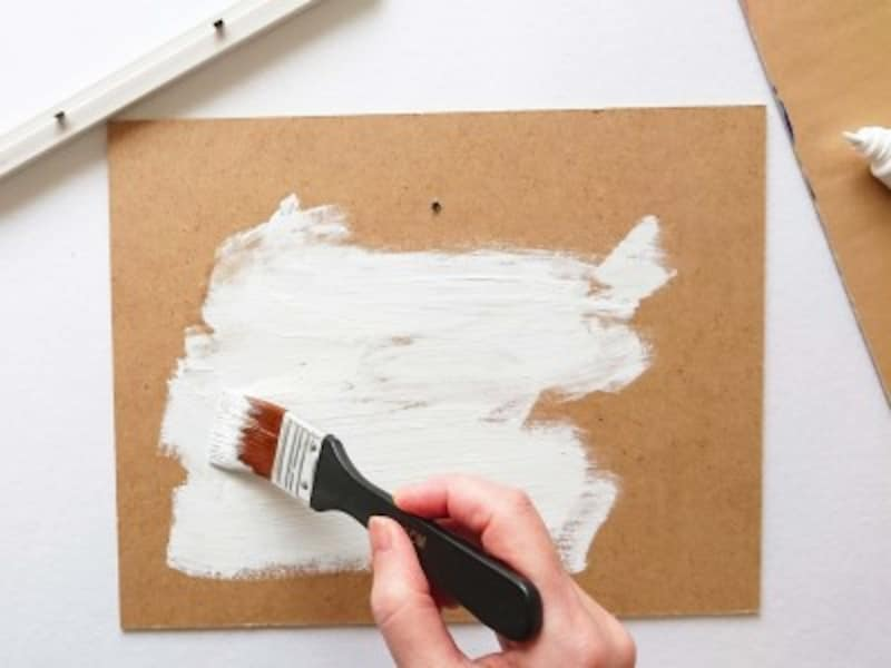 額縁のガラス板は使わず裏板に絵の具を塗る