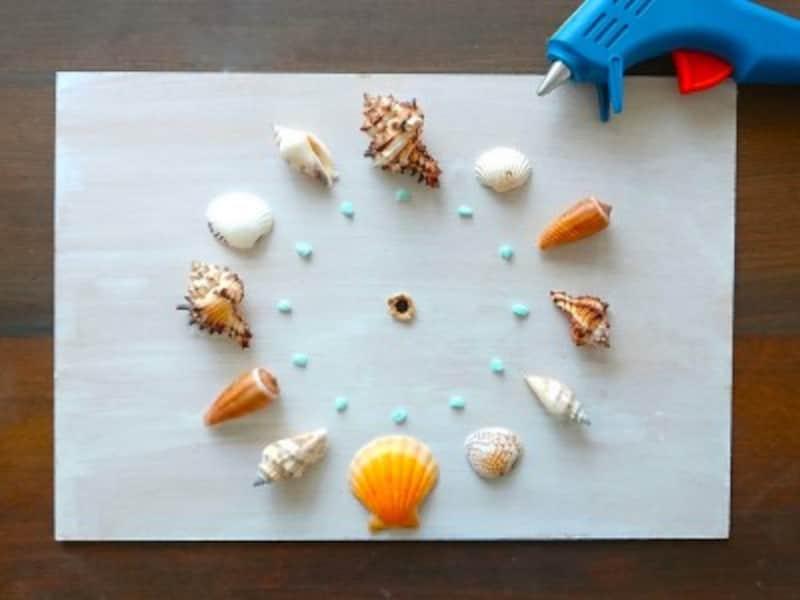 グルーガンで貝殻や小石を貼っていく