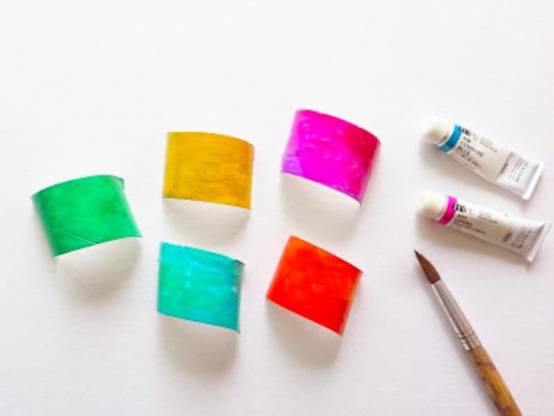 トイレットペーパー芯を切って絵の具で塗る