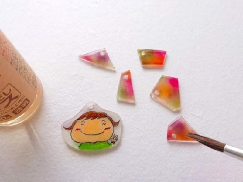 色鉛筆、パステルで描いたものは水性ニスで薄く塗る