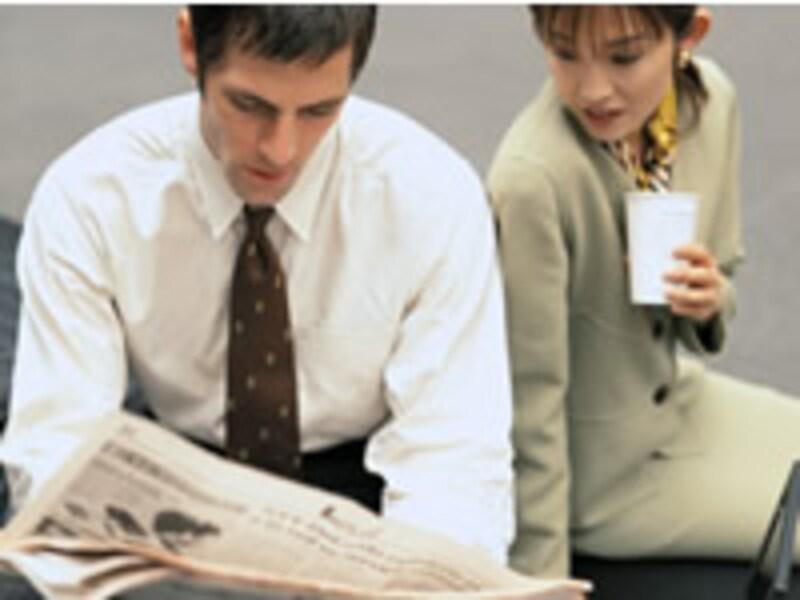 新聞を読む上司