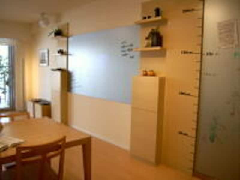 自由に絵や字が書けるコミュニケーションボードの脇には棚が設置されており、勉強道具も仕舞える
