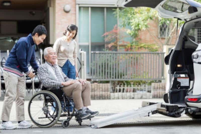 デイサービスの介護職は、日中、送迎車で通ってくる高齢者をケアする仕事で、夜勤はない