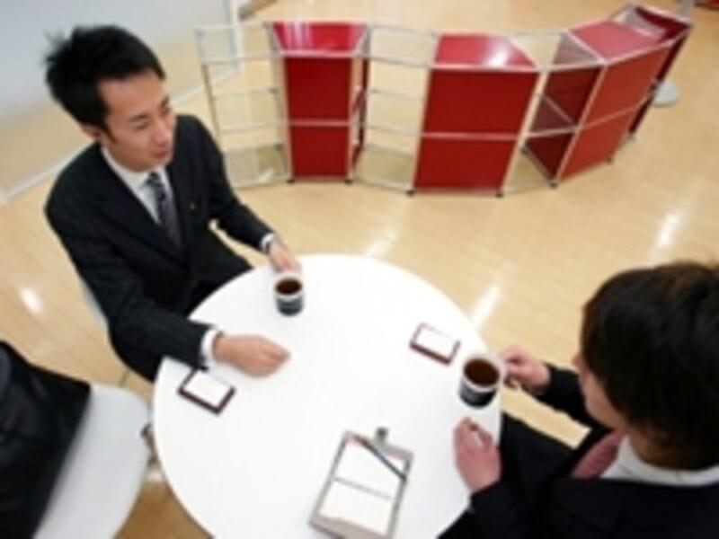 お客さんが話しやすいよう、営業マンが働きかける