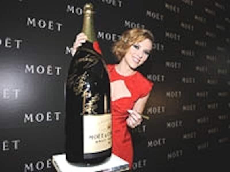 六本木ヒルズで行われたパーティーには、「モエ・エ・シャンドン」グローバル広告キャンペーンのミューズであるハリウッド女優スカーレット・ヨハンソンが出席した。