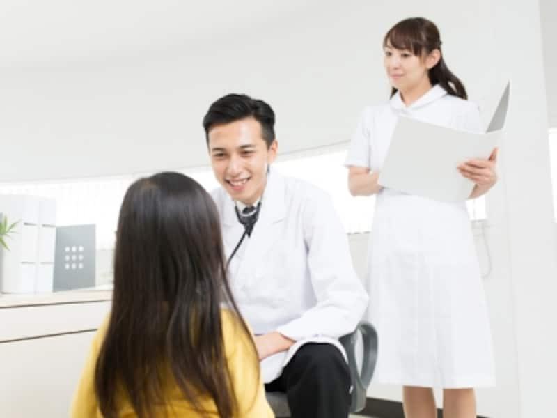 身長・体重計測や視力・聴力検査、尿検査や歯科検診、言語や運動能力の発達の確認などを行います