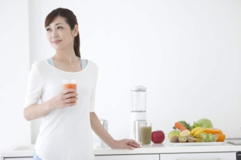 フレッシュジュースを飲む女性
