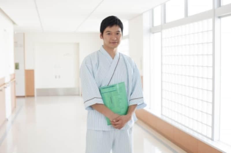検査書類を持つ男性