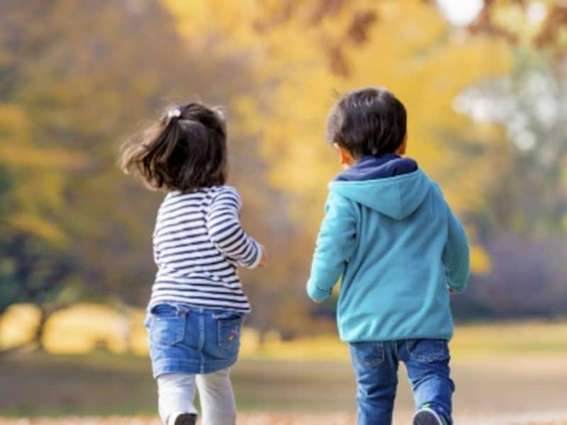 公園を走る男の子と女の子