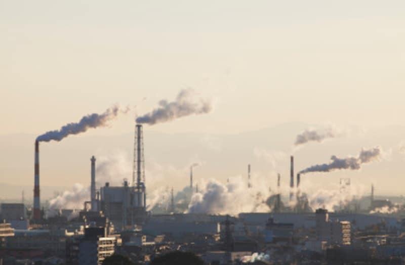 工場や自動車の排気ガスが問題です。日本では規制が厳しくなっています