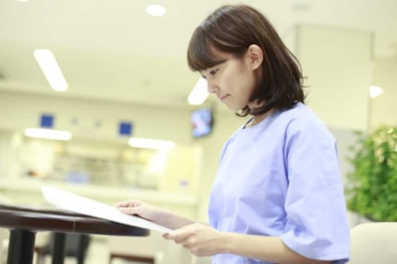書類に目を通す女性患者