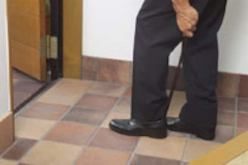 玄関で靴を履く