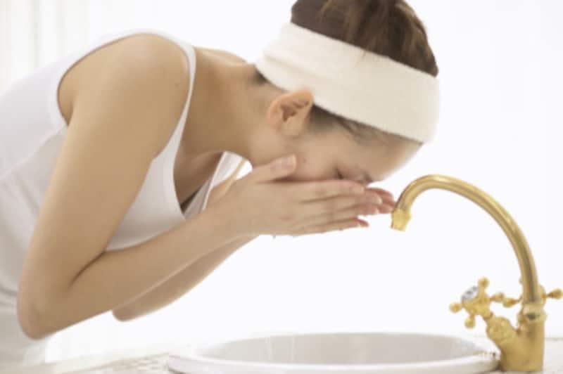 朝の洗顔も、腰痛持ちは前かがみが痛い