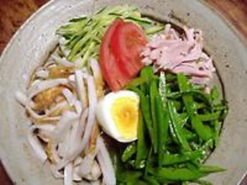 冷し中華はサラダ感覚で。生野菜2.5カップで炭水化物10g,50kcalです。