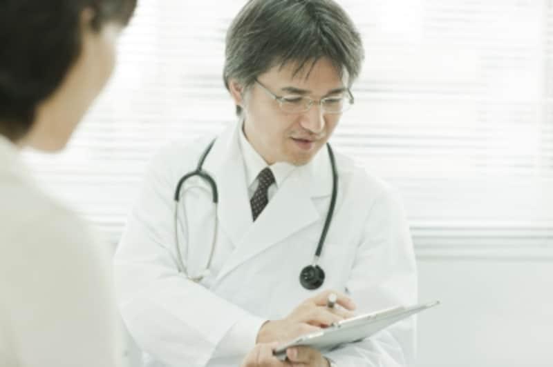 問診する男性医師