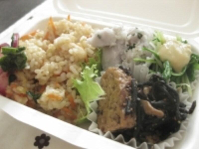 大阪市本町のビジネス街の自然食品店「自然館」で、平日販売されている「cafepod」のお弁当(580円)。