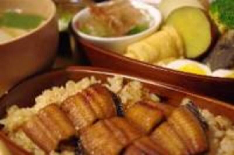 まげわっぱに、鰻まぶし、半熟卵、さわら、油揚げ、おひたし、豆腐等様々なお数を盛り合わせた「わっぱ御膳」(1,800円 4.7poco)