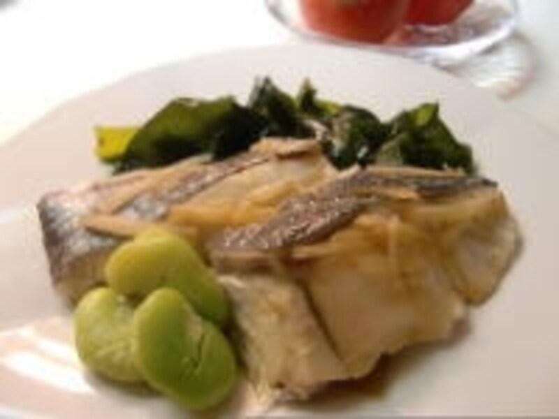 フライパンで蒸すので、手間いらずの「鯛とわかめの蒸し煮」!