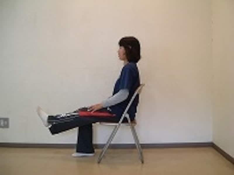 膝を伸ばした状態で一度キープしましょう