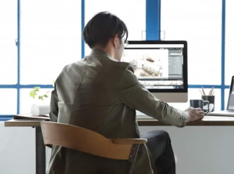 PCをしている男性