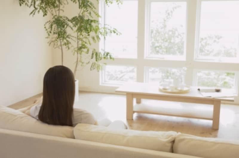 ソファに座っている女性